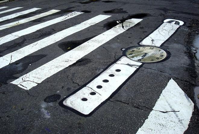 Street art : Montre sur un passage piéton
